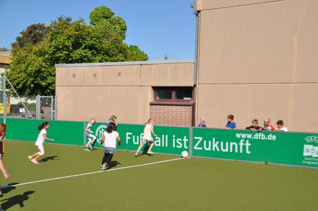 Sport-auf-dem-Kunstrasenplatz-1