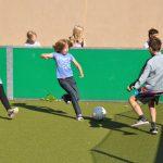 sport-auf-dem-kunstrasenplatz-106