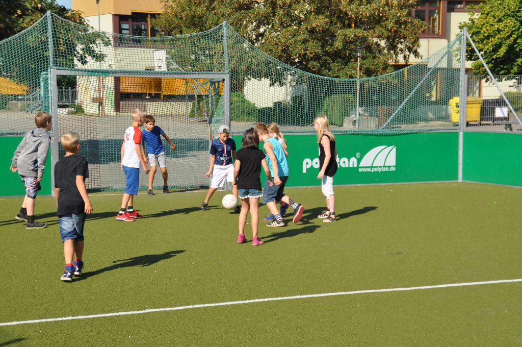 sport-auf-dem-kunstrasenplatz-120