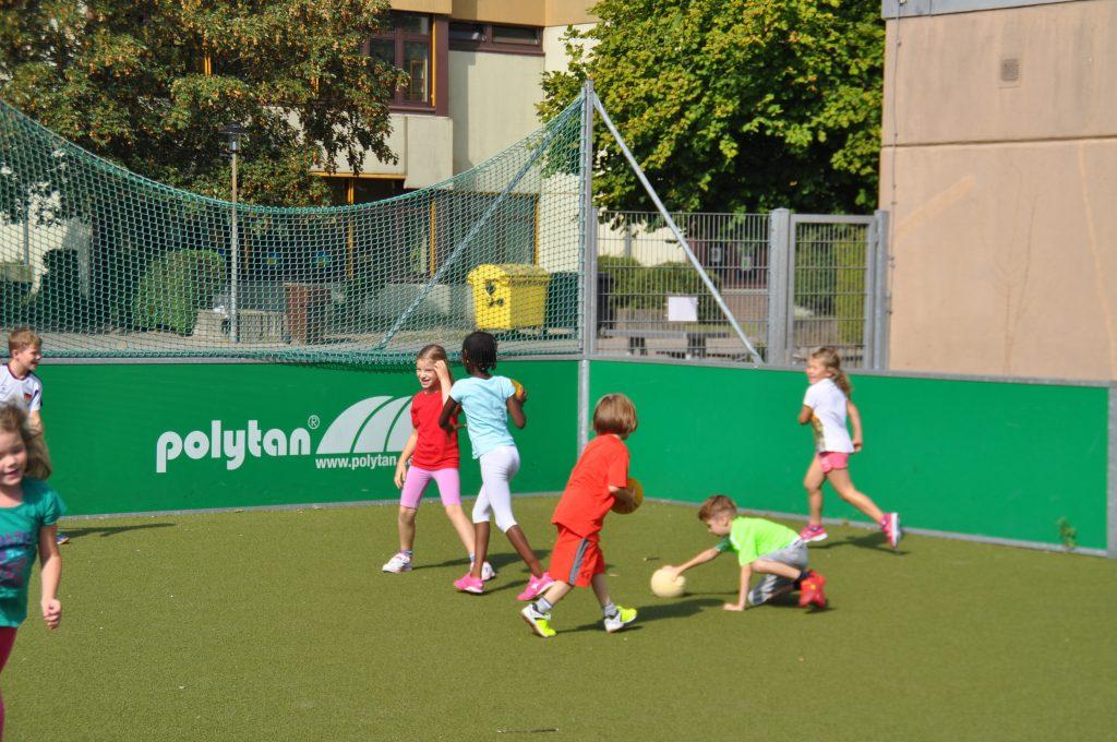 sport-auf-dem-kunstrasenplatz-138
