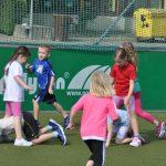 sport-auf-dem-kunstrasenplatz-140