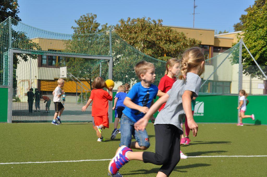 sport-auf-dem-kunstrasenplatz-151