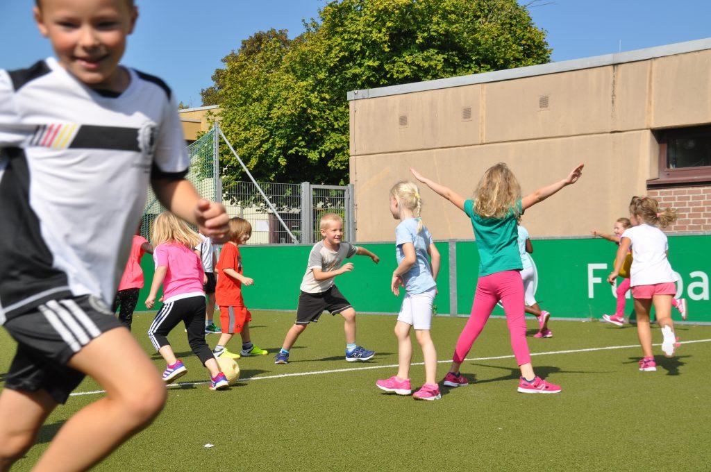 sport-auf-dem-kunstrasenplatz-67