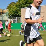 sport-auf-dem-kunstrasenplatz-68
