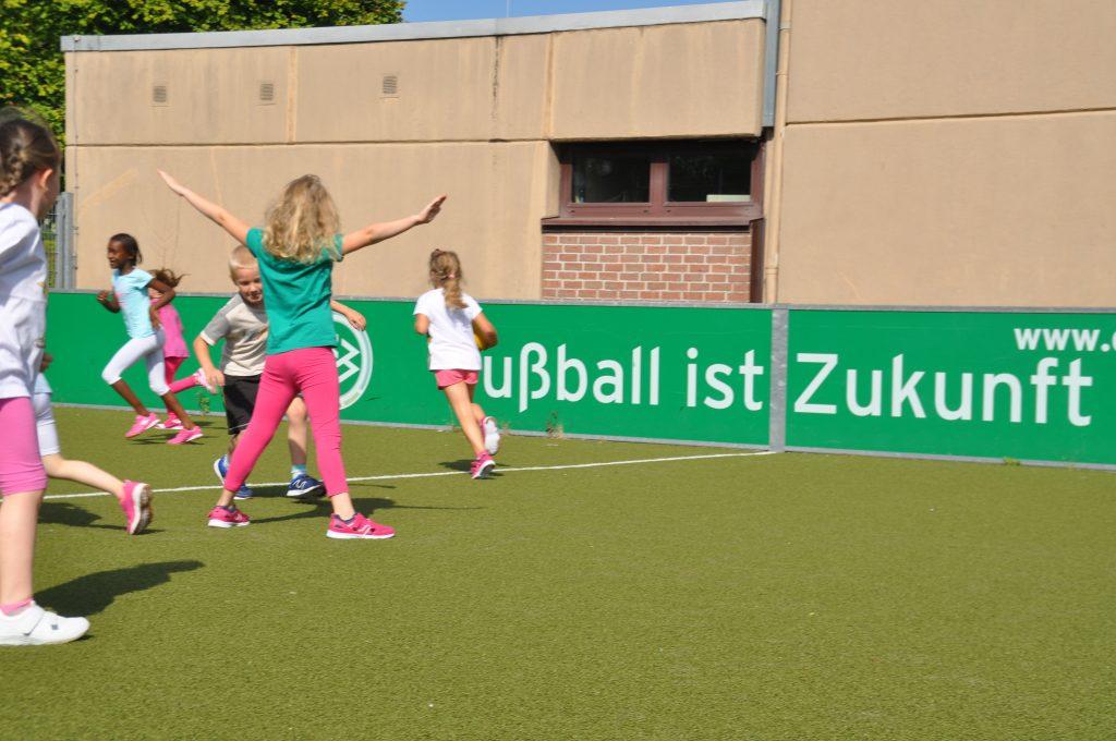 sport-auf-dem-kunstrasenplatz-70