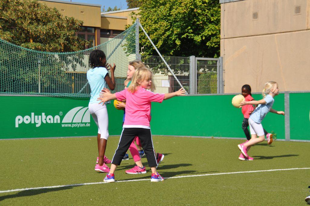 sport-auf-dem-kunstrasenplatz-71
