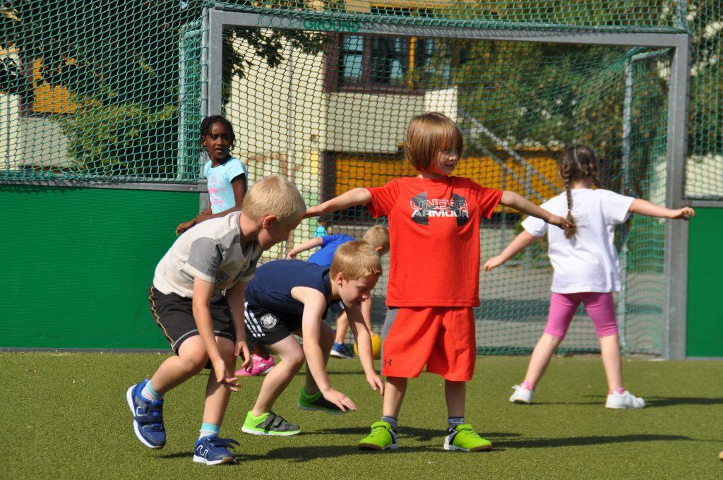 sport-auf-dem-kunstrasenplatz-80