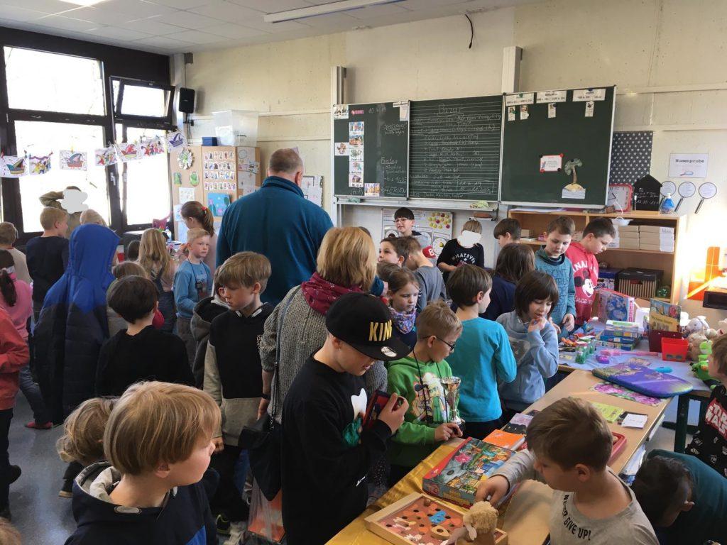 Großeltern-Cafe und Viertklässler-Spenden-Bazar